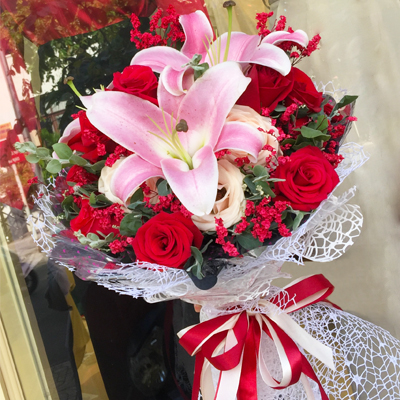A Dozen Red Roses with Lilies bouquet (4mua HHF-BOU0225)