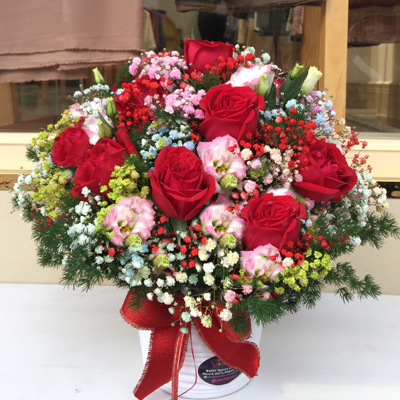 Red roses & seasonal flowers in vase (4mua HHF-MIX1129)